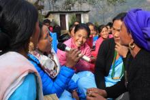१५ औ महिला स्वास्थ्य स्वय्म सेविका दिवसमा सञ्चालित हाजिरी जवाफ प्रतियोगितामा उत्तर दिदै महिला स्वास्थ्य स्वय्म सेविका ।