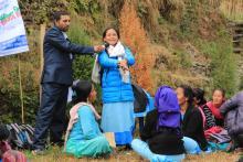 १५ औ महिला स्वास्थ्य स्वय्म सेविका दिवसमा सञ्चालित हाजिरी जवाफ प्रतियोगितामा प्रयोगात्तमक उत्तर दिदै महिला स्वास्थ्य स्वय्म सेविका ।